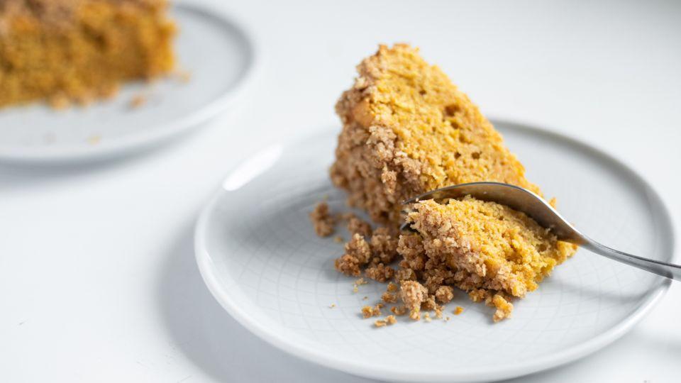Jednoduchý mrkvový koláč s posypkou