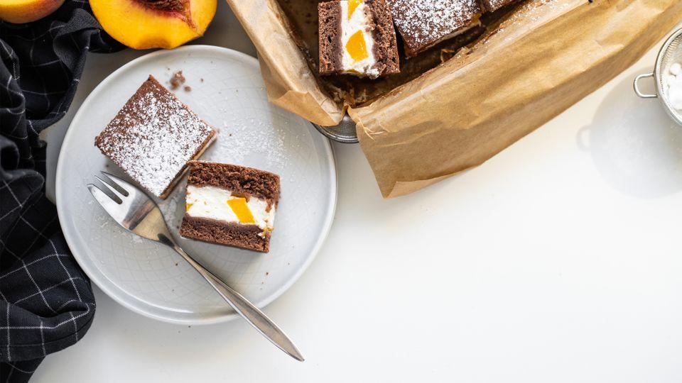 Šťavnatý kakaový koláč s broskvemi