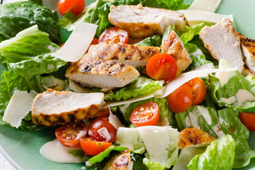 Zeleninový salát s kuřecím masem a sýrem