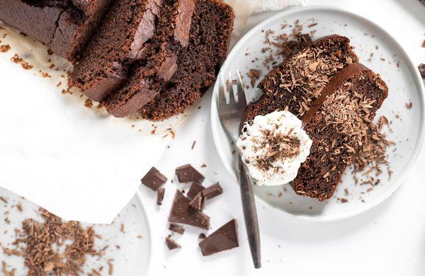 Voňavý a vláčný čokoládový chlebík, na jehož přípravu vám stačí 15 minut, miska a pár ingrediencí