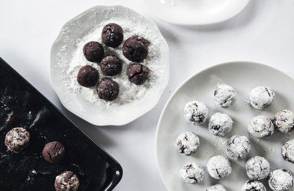 Výživné čokoládové raw kuličky z proteinu, které jsou za chvíli hotové