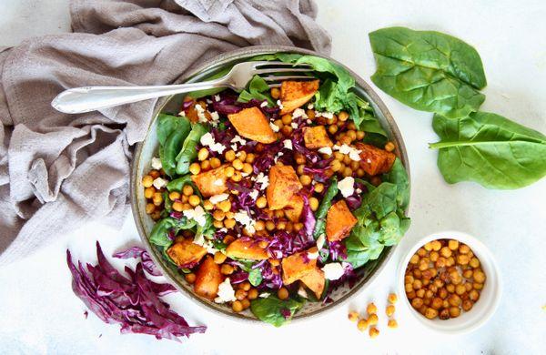 Barevný zimní salát, který zasytí