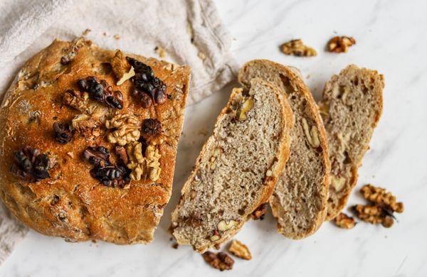 Jednoduchý recept na domácí kváskový chléb s ořechy