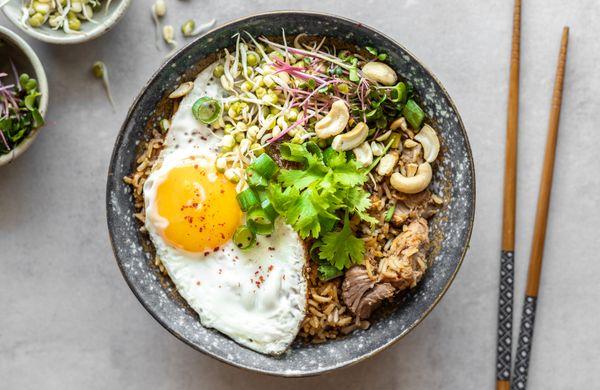 """Rychlý oběd z jedné pánve: Smažená rýže """"Nasi goreng"""""""