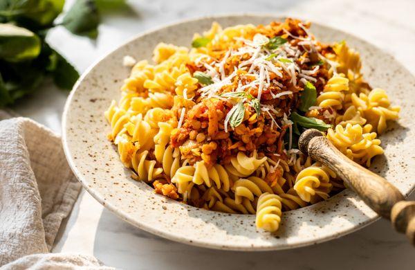 Těstoviny s boloňskou omáčkou aneb zdravý oběd plný bílkovin. Značka: vegan, gluten free!