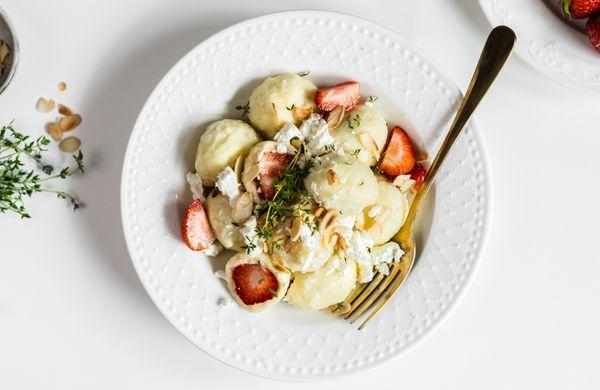 Z kuchařky fitness babičky: Tvarohové knedlíky z jahodami