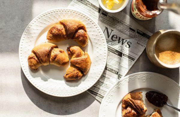 Zdravé domácí croissanty s jahodovou marmeládou a minimem kalorií